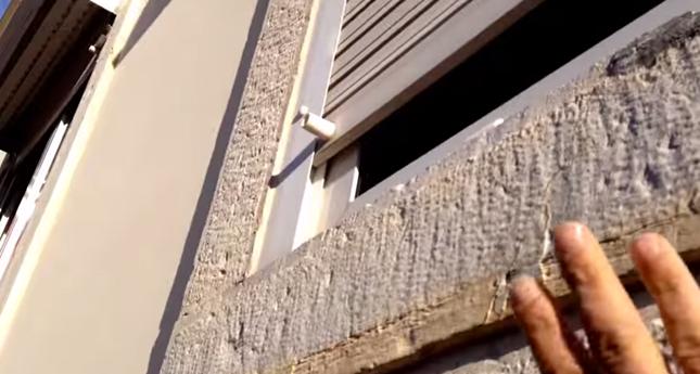 壁を叩いて猫を呼びます。