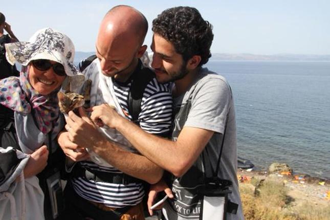 子猫と一緒に避難したシリア難民の家族。