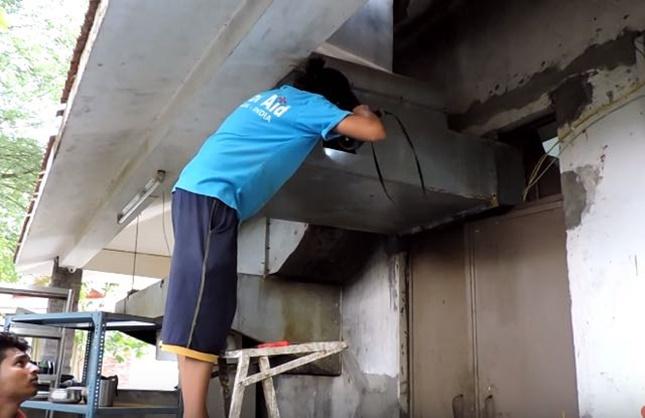 排気口に穴を開け救助。